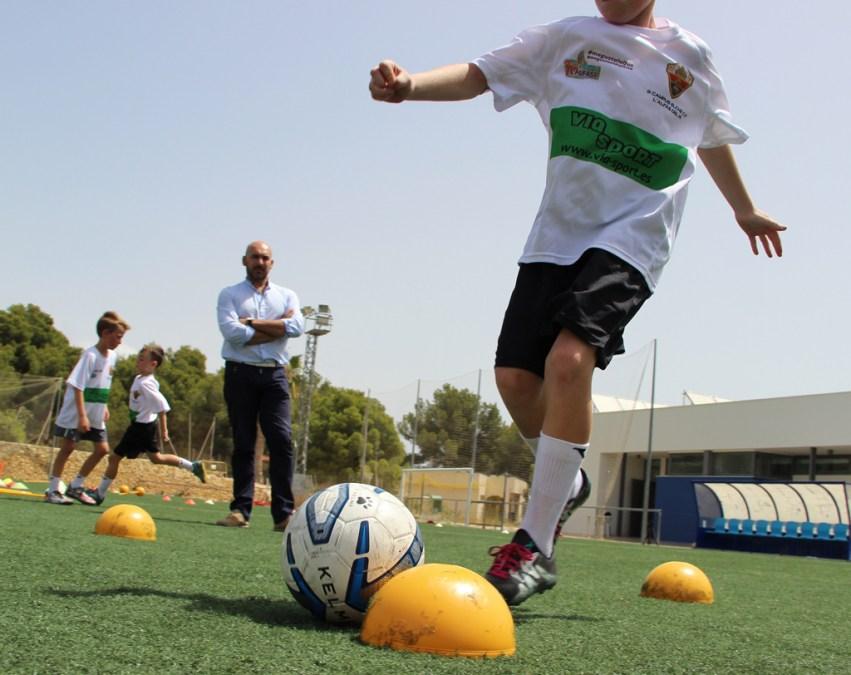 El concejal de deportes ha visitado a los participantes en la tercera edición del Campus del Elche CF en l'Alfàs del Pi