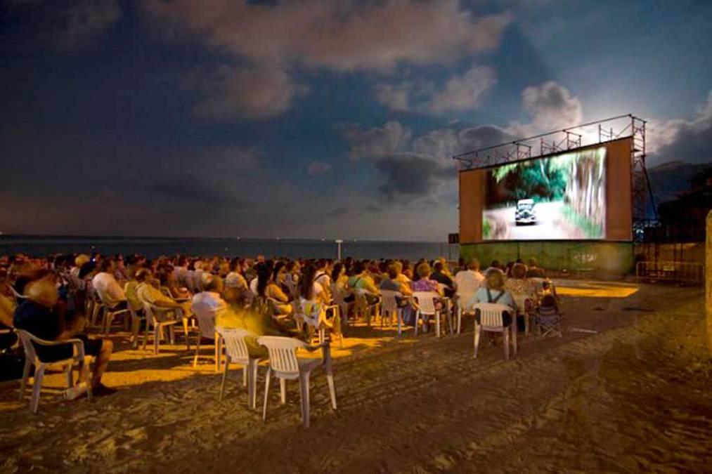 El Festival de Cine de l'Alfàs del Pi vuelve a llevar el cine a la playa de l'Albir