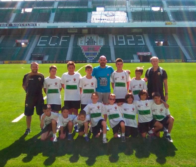 Los niños del Campus del Elche CF , han visitado el estadio Martínez Valero junto al concejal de deportes Luis Miguel Morant.