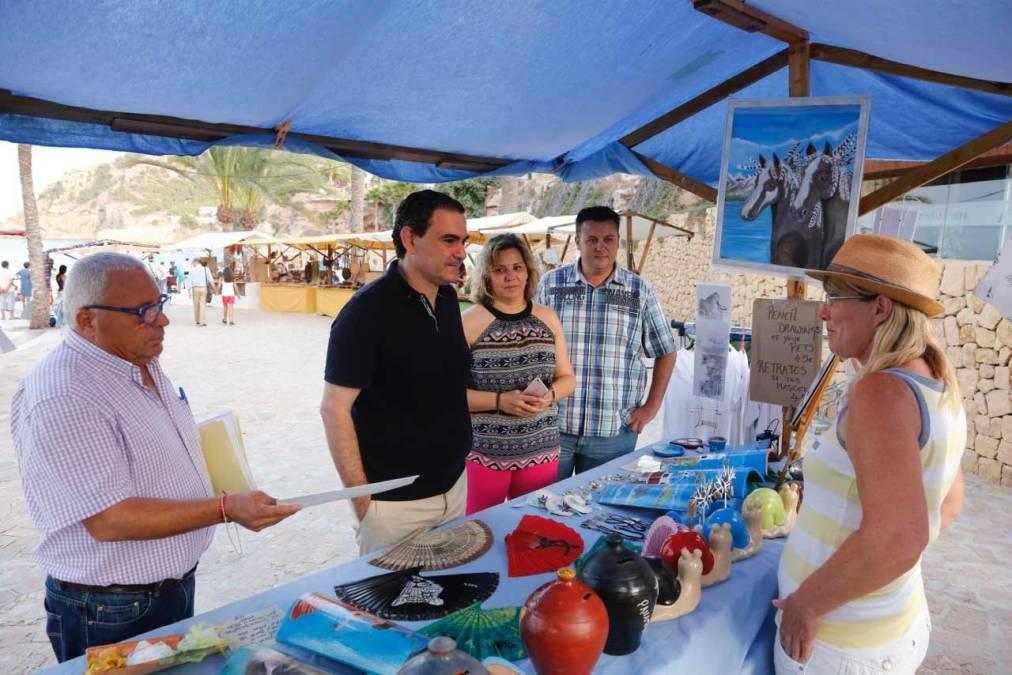 La Playa del Racó de l'Albir se adentra en la época estival inaugurando su tradicional Feria de Artesanía