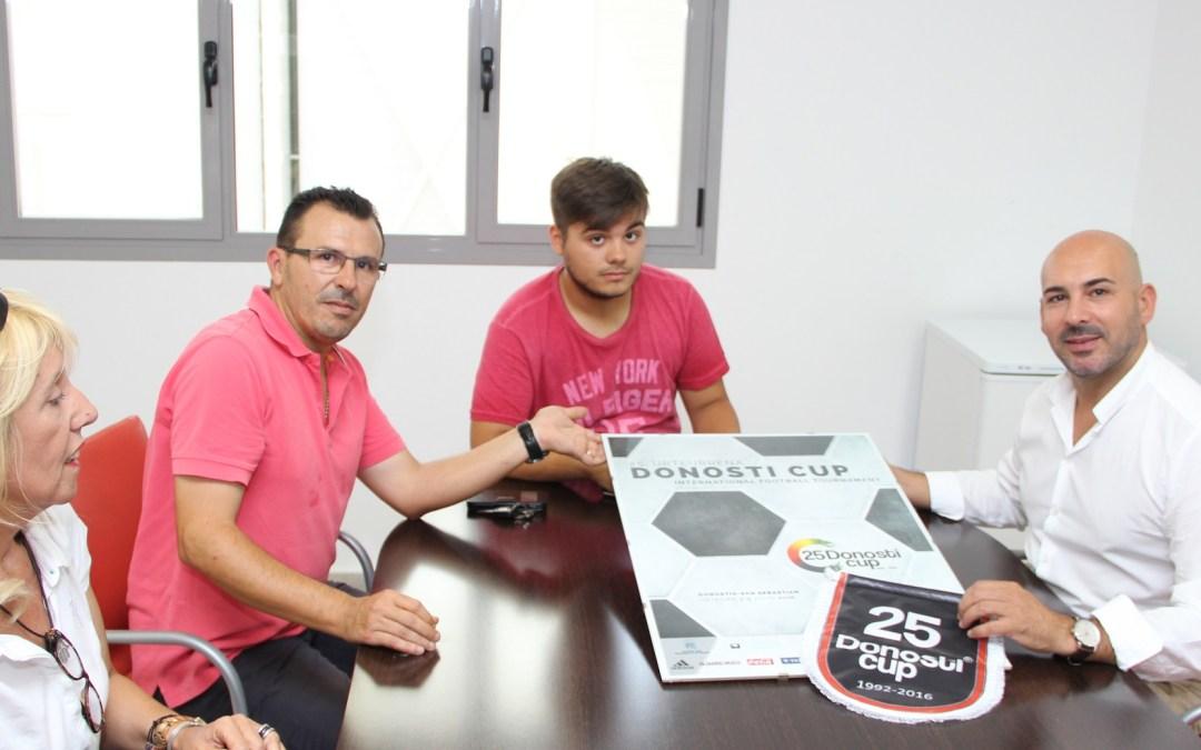 El Concejal de Deportes recibe al entrenador del equipo que representó a l'Alfàs del Pi en la Donosti Cup.