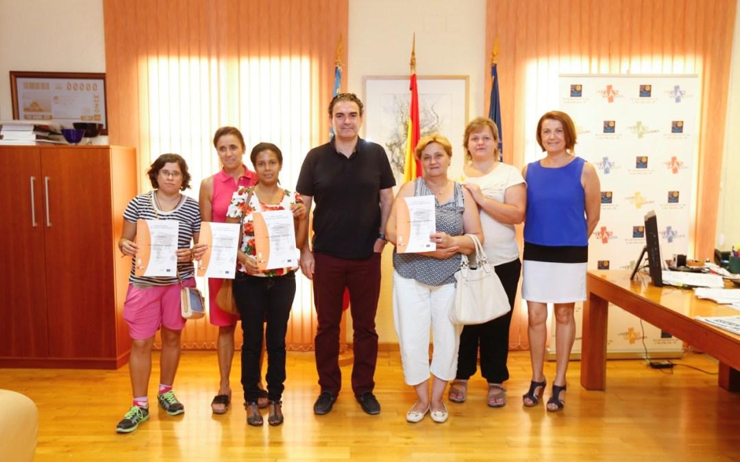 Los alumnos del curso de atención a personas en situación de dependencia de l'Alfàs del Pi recogen sus diplomas