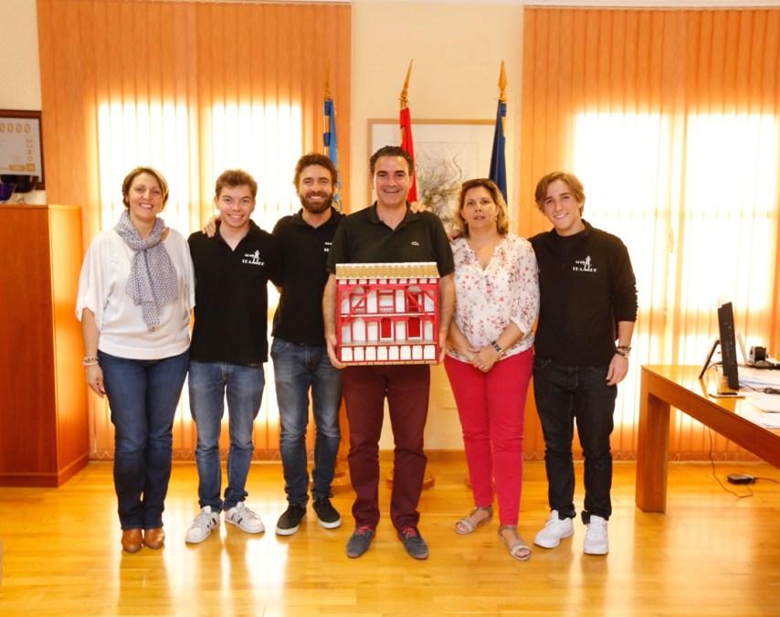 La compañía Arabí Teatre ofrece al municipio de l'Alfàs del Pi el galardón obtenido en Almagro