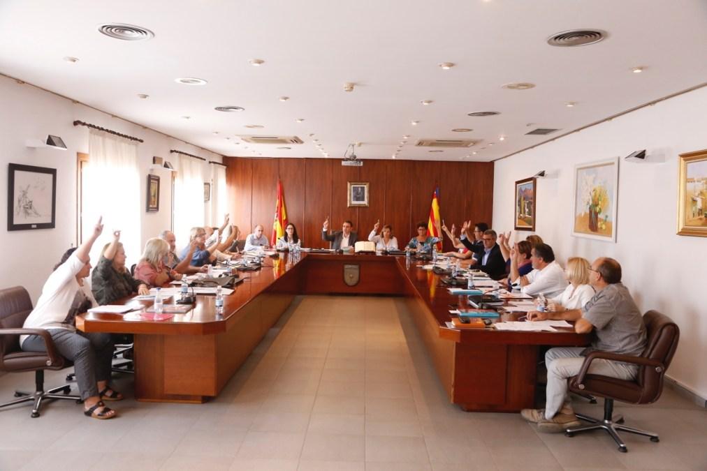El pleno de l'Alfàs del Pi acuerda solicitar la exclusión del municipio del área de prestación conjunta de taxi Marina Baixa