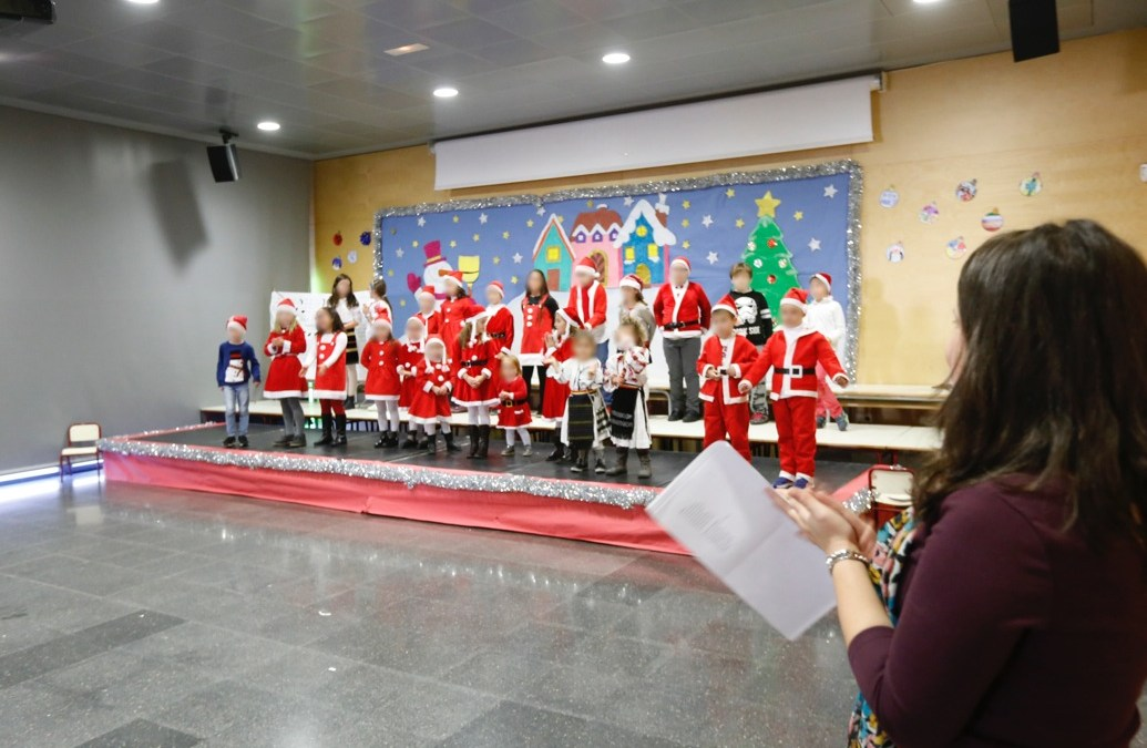 Los alumnos del curso de rumano celebran con una fiesta la llegada de la Navidad