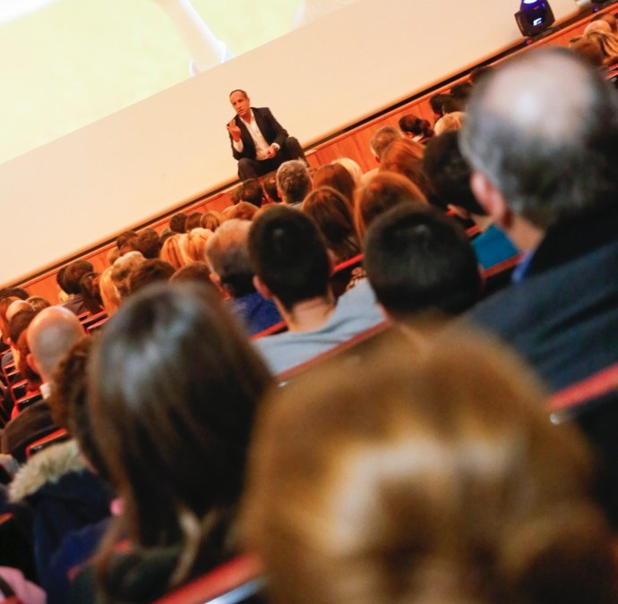 Luis Galindo abarrota la Casa de Cultura con su conferencia motivacional 'Reilusionarse'