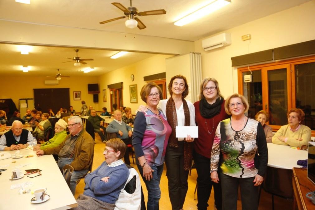 Los jubilados de l'Alfàs del Pi entregan la recaudación de sus actividades solidarias a la asociación Integra