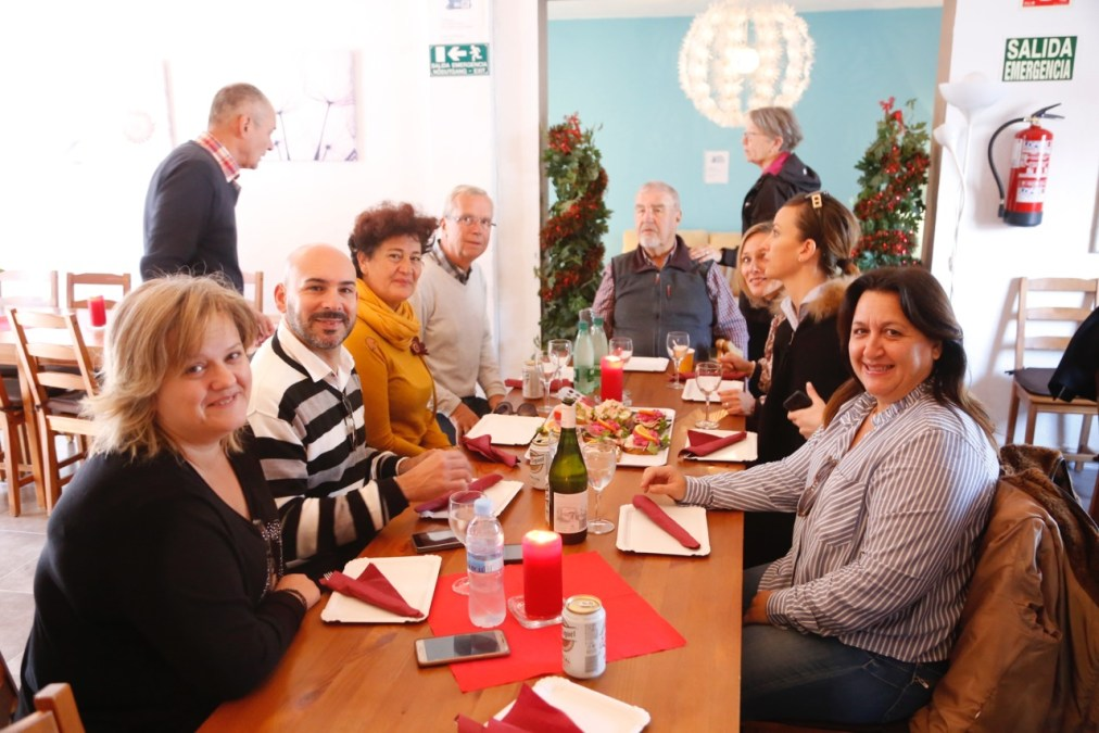 Mertens y reúne con los miembros de la asociación Más Amigos de l'Alfás del Pi