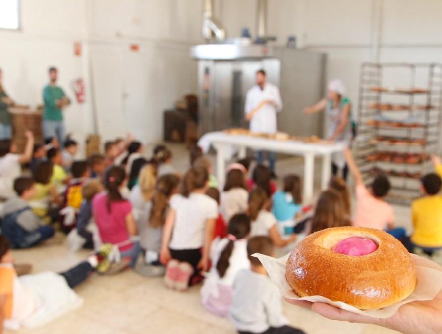 Alumnos del Veles e Vents participan en un taller de elaboración de monas de Pascua