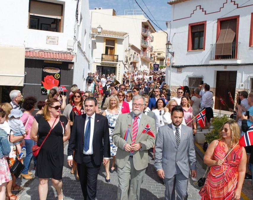 Los alcaldes de l'Alfàs y Covarrubias, el cónsul honorario de Noruega y la presidenta del Comité 17 de mayo encabezan el desfile conmemorativo del Día Nacional de Noruega en l'Alfàs