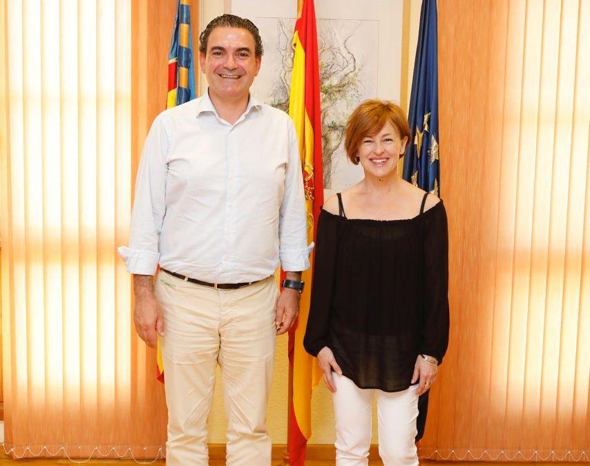 El alcalde de l'Alfàs, Vicente Arques, se reúne con la vicepresidenta de la Asociación Sweetie, Paqui Gómez,
