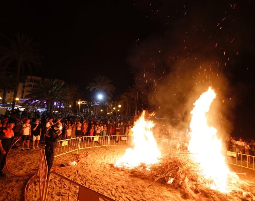 Miles de personas reciben el verano en la playa del Racó de l'Albir cumpliendo con las tradiciones de la noche de San Juan