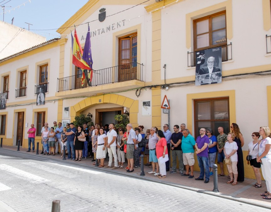 Más de medio centenar de personas se concentran en l'Alfàs del Pi en recuerdo a Miguel Ángel Blanco