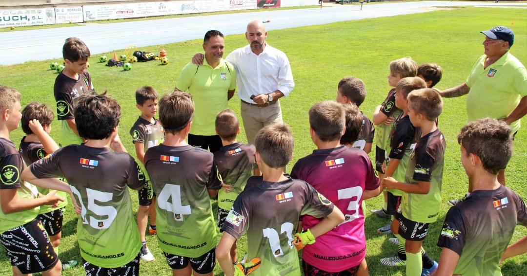 El concejal de deportes Luis Miguel Morant ha visitado a los alumnos del Campus Acatec que se desarrolla en l'Alfàs del Pi y el Albir .