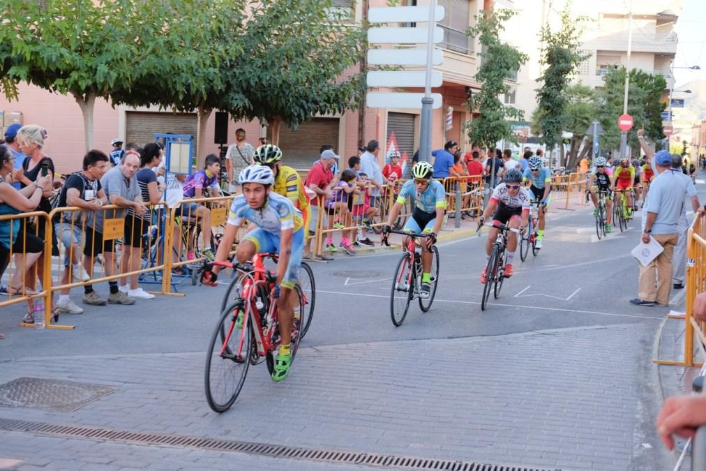 Las calles más céntricas de l'Alfàs del Pi vibraron con la celebración del XVI Trofeo Escuelas de Ciclismo