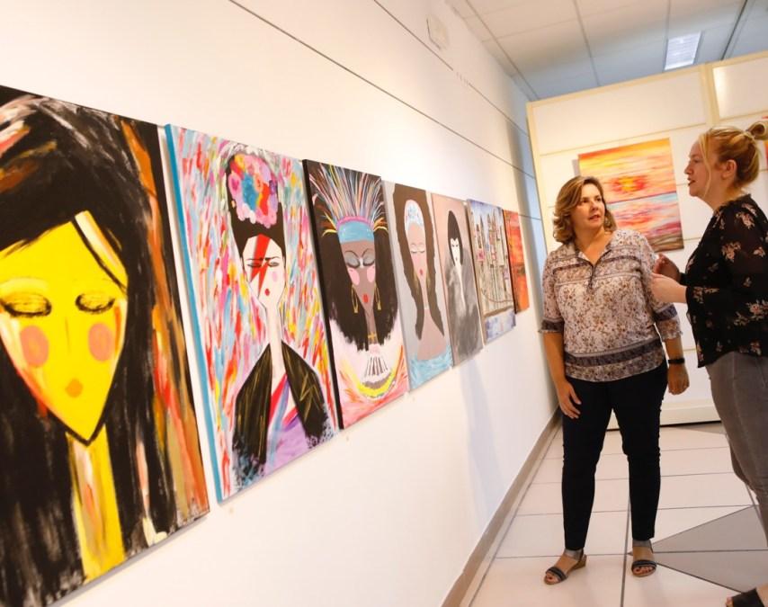 Exposición de pintura abstracta de Marita A. Guardia en la Casa de Cultura de l'Alfàs del Pi