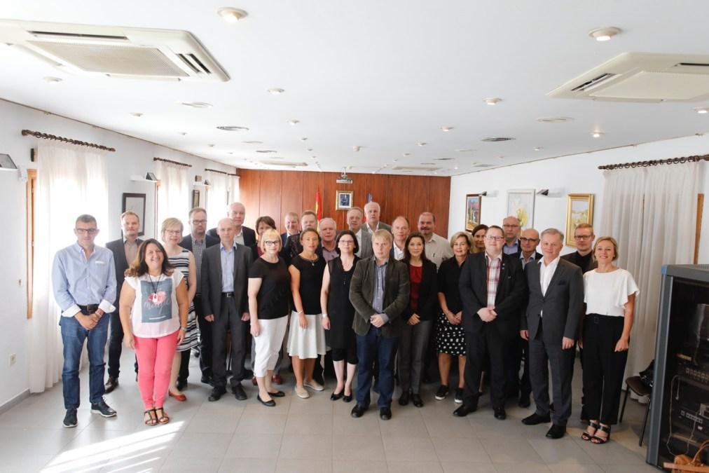 Representantes de 19 municipios de Finlandia visitan l'Alfàs del Pi