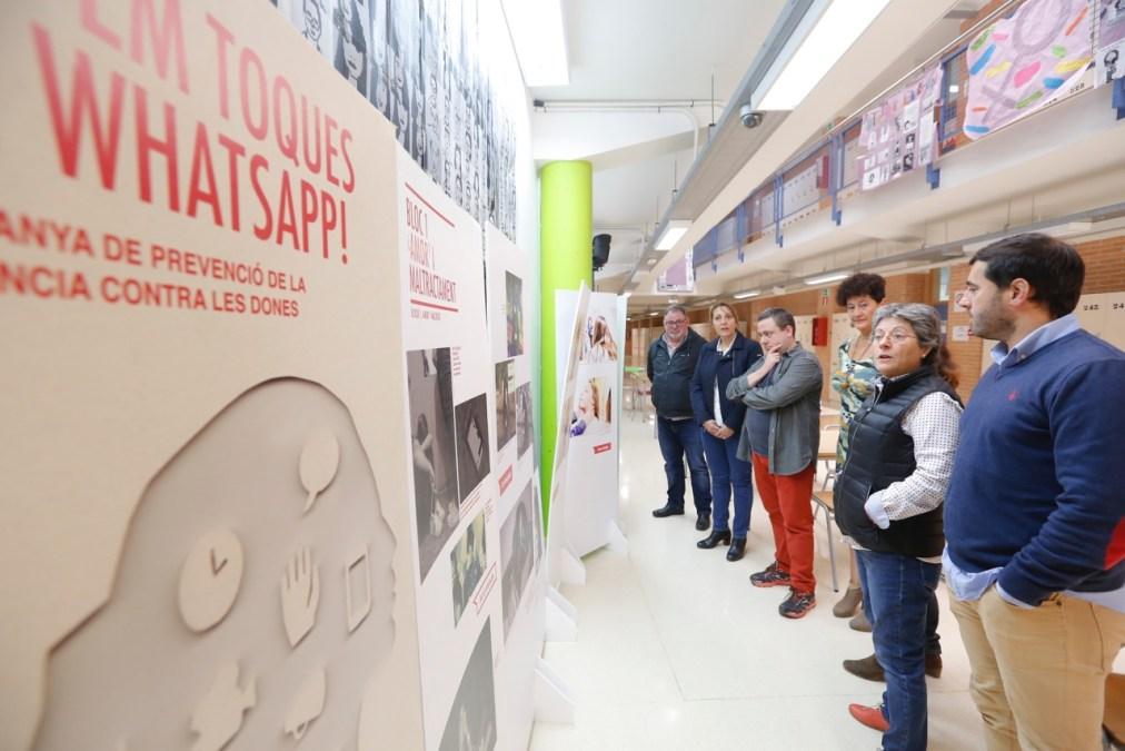 La exposición fotográfica 'No em toques el Whatsapp' del IVAJ llega al IES L'Arabí de l'Alfàs