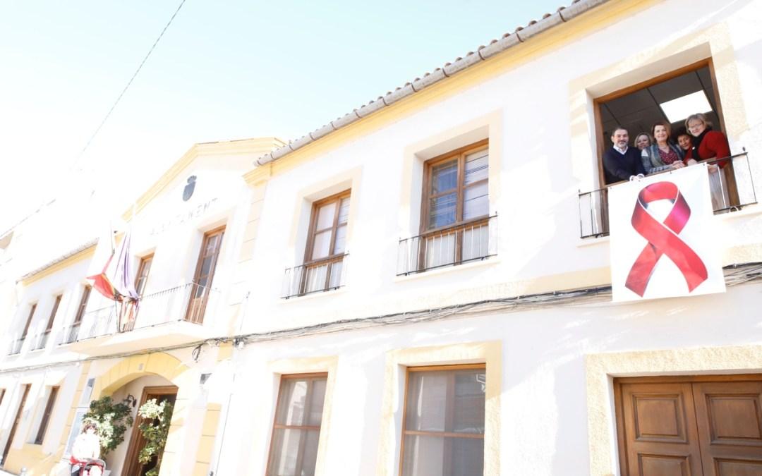 El Ayuntamiento de l'Alfàs luce un lazo rojo con motivo del Día Mundial de la lucha contra el Sida