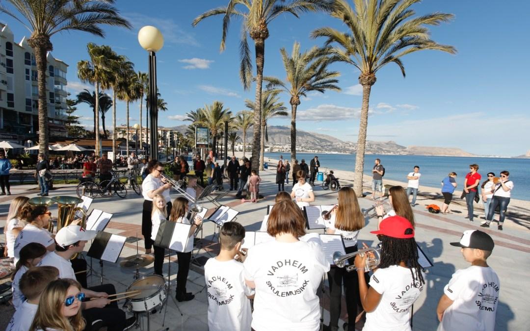 La banda escolar 'Vadheim Skulemusikk' de Noruega ofrece un concierto en la playa de l'Albir