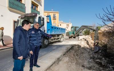 Reformas en la calle de l'Hort permiten dotar de acera al céntrico vial de l'Alfàs