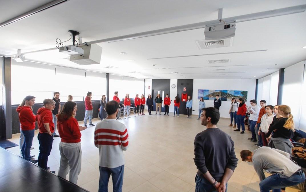 Una treintena de jóvenes de la Marina Baixa se dan cita en l'Alfàs para participar en un taller de teatro