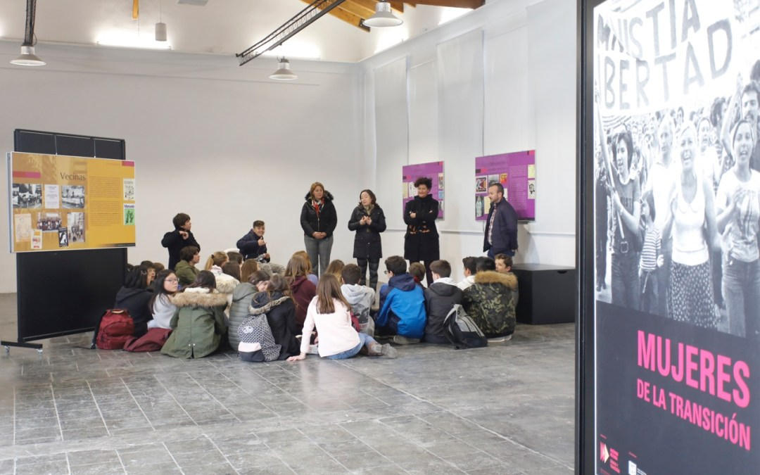 Alumnos del IES L'Arabí visitan la exposición 'Mujeres de la Transición'
