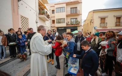 Decenas de mascotas recibieron la bendición de San Antón en l'Alfàs del Pi