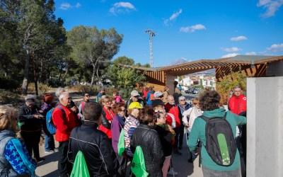 Medio centenar de mayores del programa de envejecimiento activo realizan una excursión al Faro de l'Albir