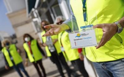 El Voluntariado de l'Alfàs reparte huchas solidarias por los comercios locales