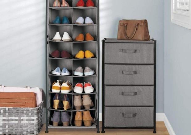 Los armarios de tela son una idea creativa perfecta para organizar tus zapatos en casa