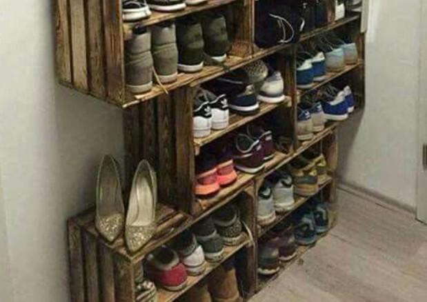 Otro de los trucos para organizar los zapatos en casa es disponer de cajas de la fruta que podremos personalizar a nuestro gusto y quedan de lo más bonito en casa.