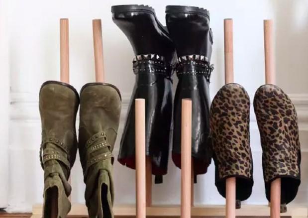 Formas de organizar los zapatos con soportes de madera. Puedes colocar los zapatos verticalmente para guardarlos en cualquier rincón de la casa.