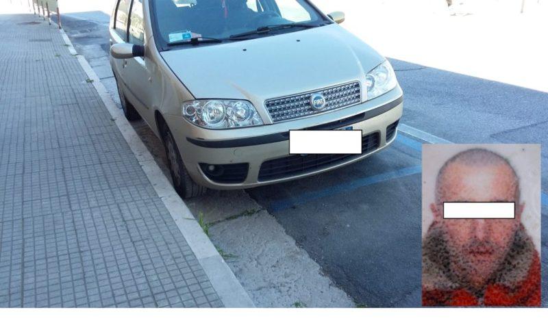 Sorpreso dai carabinieri mentre ruba in un'auto