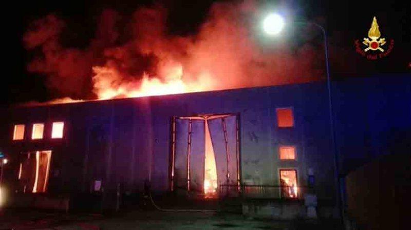 Distrutto dalle fiamme alla Cesanella un deposito di cosmetici
