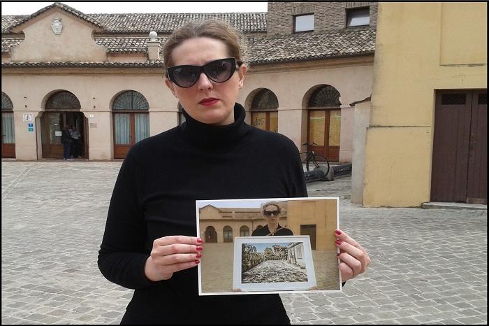 Una foto in piazza Manni per ricordare l'alluvione di Senigallia