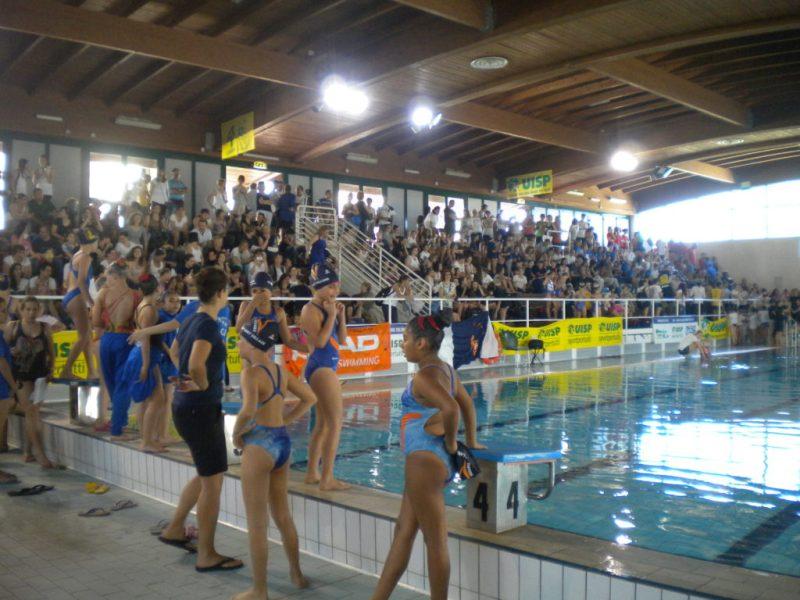 Aperti a Senigallia i campionati nazionali Uisp di nuoto sincronizzato   Con la cerimonia inaugurale avviata ufficialmente la manifestazione tricolore organizzata nella piscina comunale delle Saline. Partecipano 41 società e 831 atlete provenienti da tutta Italia