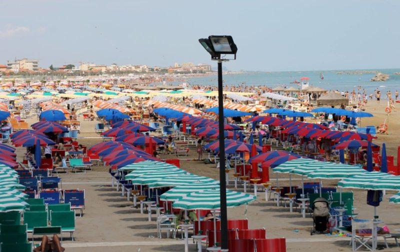Un sabato di sole ha portato tanta gente sulla spiaggia di velluto