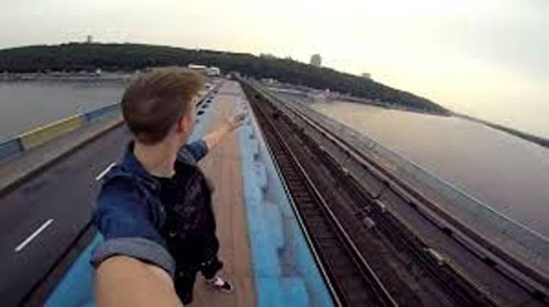 Bisogna attivarsi contro la moda dei selfie suoi binari