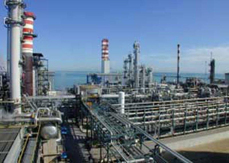 FALCONARA / Incidente alla raffineria Api, operaio precipita nel vuoto