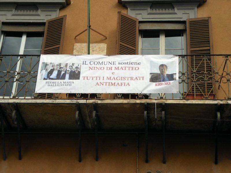 JESI / Sul balcone del Municipio uno striscione di solidarietà al giudice Di Matteo