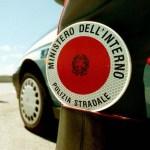 Giovane turista fugge dopo un incidente a Senigallia: rintracciato e arrestato dalla polizia stradale