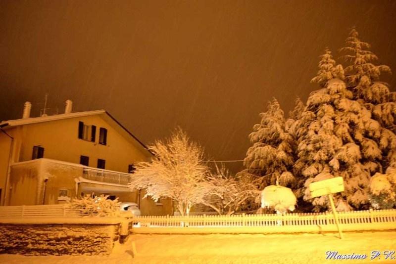 Mezzo metro di neve ad Arcevia, tanti disagi e scuole ancora chiuse