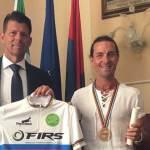 SENIGALLIA / Mauro Guenci non finisce mai di stupire, al pluri campione del mondo di pattinaggio master le congratulazioni del sindaco