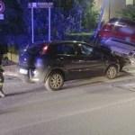 SENIGALLIA / Schianto tra due auto in via Capanna, una finisce contro un palo dell'illuminazione