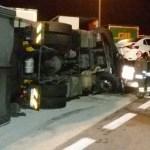 A Marotta un autoarticolato si rovescia sull'autostrada e travolge una bisarca carica di auto nuove