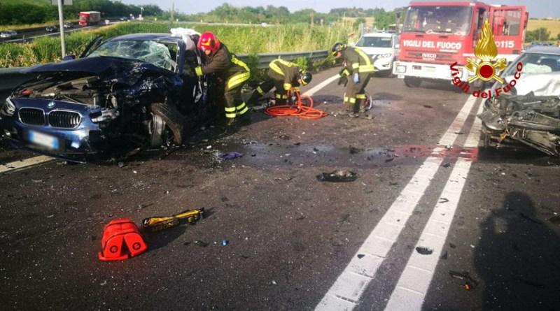 Resta incastrato nell'auto dopo uno schianto sulla Statale, a Falconara