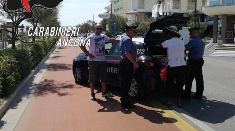 Nove venditori abusivi sorpresi dai carabinieri tra Cesano e Marzocca