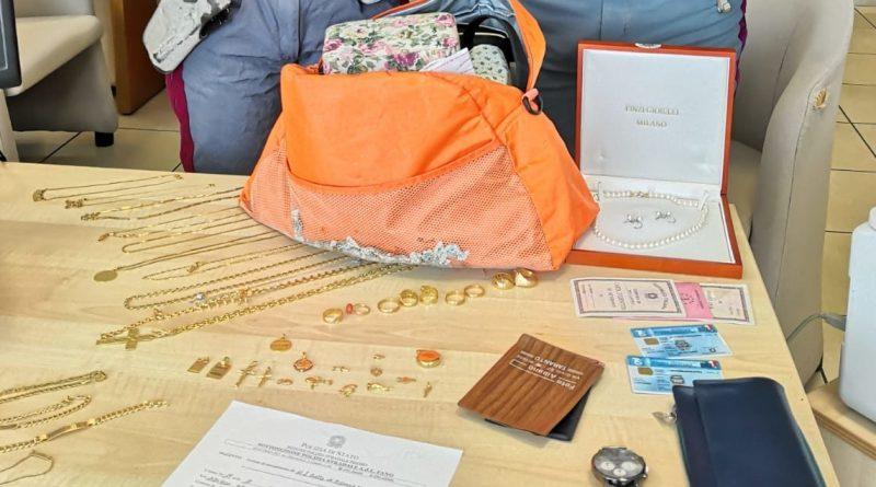 Gli agenti della Polizia stradale di Fano recuperano e restituiscono ai proprietari una borsa piena di gioielli e denaro