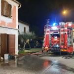 In fiamme nella notte un'abitazione: quattro persone messe in salvo dai vigili del fuoco